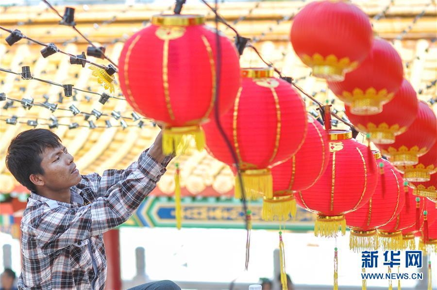 马来西亚挂红灯笼迎新年