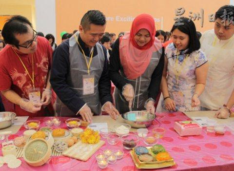 大馬霹靂州舉辦中秋慶典 眾人放下手機齊做月餅