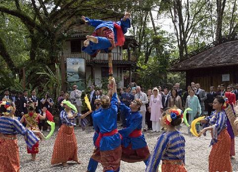 查爾斯王子偕妻子出訪馬來西亞 參觀當地特色文化村
